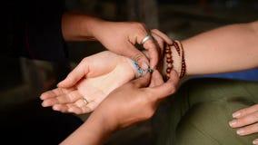 Kvinna som försöker det handgjorda armbandet i shoppa i Vietnam lager videofilmer