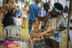 Kvinna som försöker på en turban, Salvador, Bahia, Brasilien royaltyfria bilder