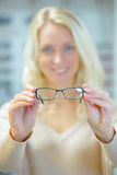 Kvinna som försöker på parexponeringsglas Royaltyfri Foto