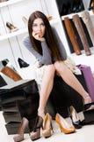 Kvinna som försöker på skodon i shoppa Royaltyfria Foton