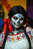Kvinna som förställas för Diameter de los Muertos, Puebla, Mexico Arkivfoton