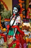 Kvinna som förställas för Diameter de los Muertos, Puebla, Mexico Arkivbild