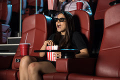 Kvinna som förvånas av en plats 3D på filmerna Royaltyfri Foto