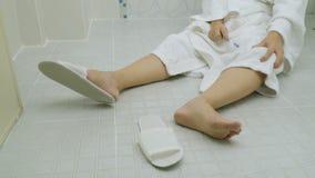 Kvinna som faller i badrum lager videofilmer