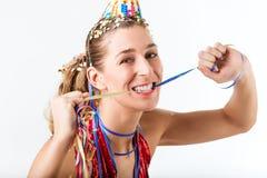 Kvinna som firar födelsedag med banderoll- och partihatten Arkivbild