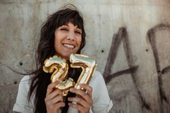 Kvinna som firar hennes 27th födelsedag arkivbilder