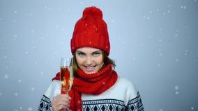 Kvinna som firar jul eller nytt år med exponeringsglas av champagn stock video