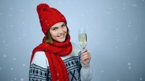 Kvinna som firar jul eller nytt år med exponeringsglas av champagn arkivfilmer