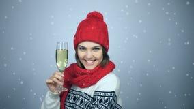 Kvinna som firar jul eller nytt år med exponeringsglas av champagn lager videofilmer