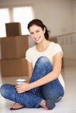 Kvinna som flyttar sig in i ny utgångspunkt Arkivbild