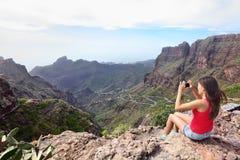 Kvinna som fotograferar berg på lopp Arkivfoto