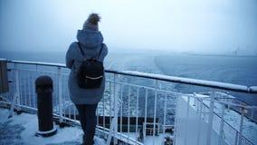 Kvinna som fotograferar det fryste havet från skeppet arkivfilmer