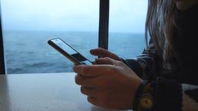 Kvinna som fotograferar det fryste havet från skeppet stock video