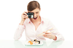 Kvinna som fotograferar sushi Royaltyfria Bilder