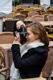 Kvinna som fotograferar till och med Digital kamera på Outd Fotografering för Bildbyråer
