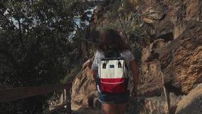 Kvinna som fotvandrar i berg i sommar lager videofilmer