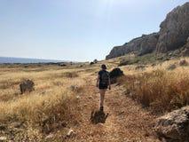 Kvinna som fotvandrar i Cypern i udde Greko royaltyfri bild