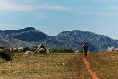 Kvinna som fotvandrar i de spanska toppiga bergskedjorna Arkivbilder