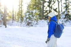 Kvinna som fotvandrar i den vita vinterskogen Royaltyfri Fotografi