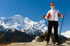 Kvinna som fotvandrar i Himalaya berg Arkivfoton