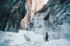 Kvinna som fotvandrar insdide den djupaste kanjonen i Europa - aktivitet och arkivfoto