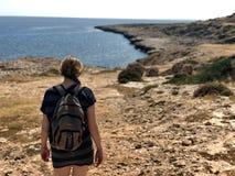Kvinna som fotvandrar längs havet i Cypern royaltyfri fotografi