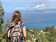 Kvinna som fotvandrar på kusten av Cypern arkivbild
