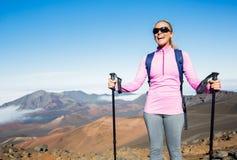 Kvinna som fotvandrar på härlig bergslinga Arkivfoto
