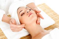 Kvinna som får ansikts- massage i brunnsortsalong Royaltyfria Foton