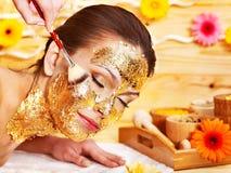 Kvinna som får den ansikts- maskeringen. Royaltyfri Fotografi