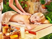 Kvinna som får massage i brunnsort. Arkivbilder