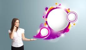 Kvinna som framlägger abstrakt utrymme för anförandebubblakopia och gör påringning Royaltyfria Bilder