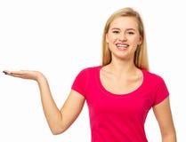 Kvinna som framlägger den osynliga produkten Arkivbild