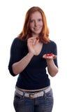 Kvinna som framlägger röda keramiska hjärtor arkivfoton