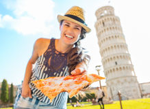 Kvinna som framme ger pizza av tornet av pisa Royaltyfria Bilder