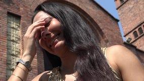 Kvinna som framme gråter av kyrka lager videofilmer