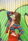 Kvinna som framme poserar av grafitti Royaltyfria Foton