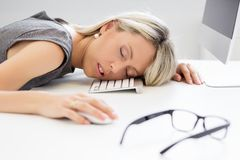 Kvinna som framme sover av datoren Arkivbilder