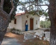 Kvinna som framme står av kyrka arkivfoto