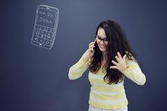 Kvinna som framme talar på telefonen av bakgrund med utdragna affärsdiagram Arkivfoto