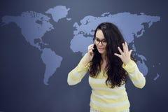 Kvinna som framme talar på telefonen av bakgrund med utdragna affärsdiagram Fotografering för Bildbyråer