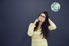 Kvinna som framme talar på telefonen av bakgrund med utdragna affärsdiagram Royaltyfria Foton
