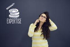 Kvinna som framme talar på telefonen av bakgrund med utdragna affärsdiagram Arkivbilder