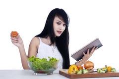 Kvinna som förbereder grönsaksallad Arkivbild