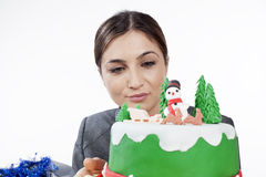 Kvinna som förbereder tårtan Arkivbilder