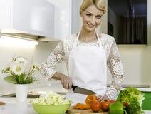 Kvinna som förbereder vegetarisk sallad Arkivbild
