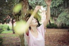 Kvinna som försöker att trycka på himlen Fotografering för Bildbyråer