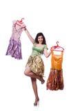Kvinna som försöker att välja klänningen Arkivfoton