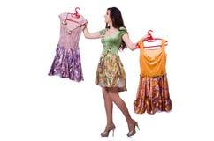 Kvinna som försöker att välja klänningen Arkivbild