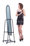 Kvinna som försöker nya kläder Fotografering för Bildbyråer